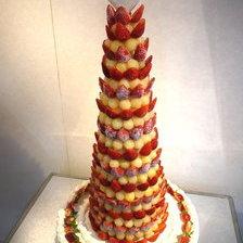 【岩手県盛岡市】タワータイプのウェディングケーキ(苺のクロカンブッシュ)をお作りしました